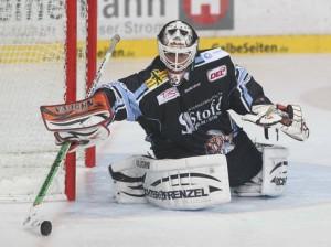 Guter Rückhalt im Straubinger Tor: Jason Bacashihua  - © by ISPFD (sportfotocenter.de)