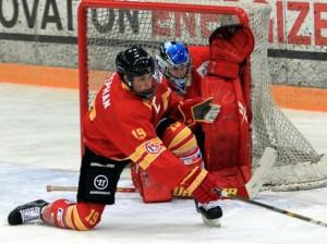 Verteidiger Eric Stephan und Goalie Nico Stark mit vollem Einsatz - © by Eishockey-Magazin (DR)