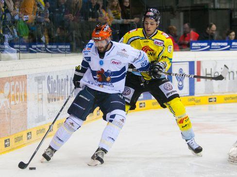 Mark Bell schirmt die Scheibe vor Sinan Akdag ab - © by Eishockey-Magazin (OM)