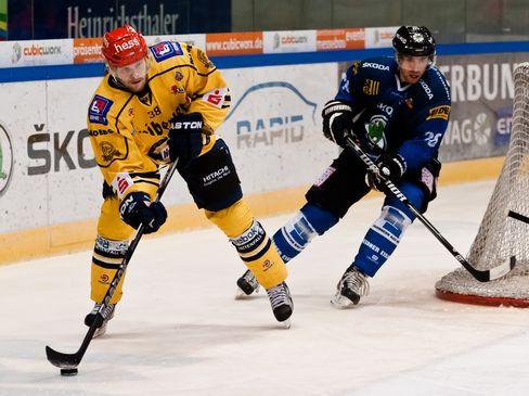 Johan Burlin (links) und David Hajek im Zweikampf - © by Eishockey-Magazin (RK)