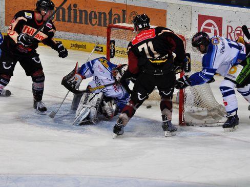 Die Hannoveraner Green und Sulkovsky berennen das Tor von Straubings Keeper Bacashihua - © by Eishockey-Magazin (DZ)