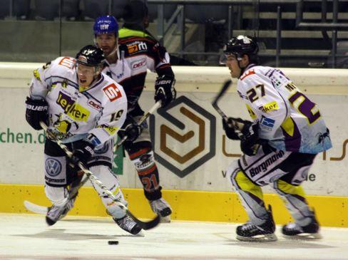 Die Krefelder Mark Voakes und Josh Meyers vor John Zeiler - (C) by Eishockey-Magazin (RS)