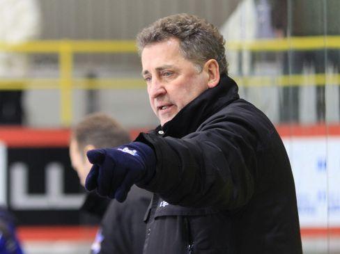 Kassels Trainer Ui Egen zeigt die Richtung an - © by Eishockey-Magazin (DR)