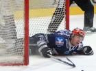 Collin Danuielsmeier in einer typischen Aktion. Der Mann mit dem blau-weißen Blut in den Adern soll ebenso wie Christian Himmel dem Klub erhalten bleiben - © by Eishockey-Magazin (JB)