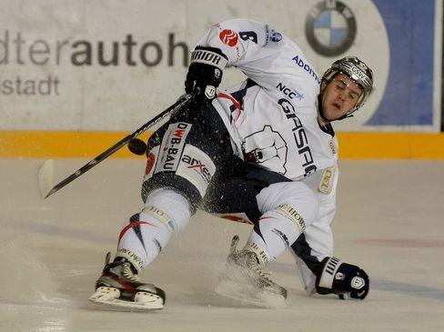Thomas Supis unterstützt die Eislöwen - © by ISPFD (sportfotocenter.de)