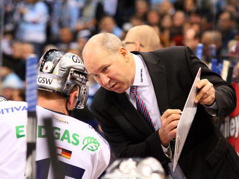 Eisbären Cheftrainer Don Jackson erläutert TJ Mulock eine Finesse an der Taktiktafel - © by Eishockey-Magazin (RH)