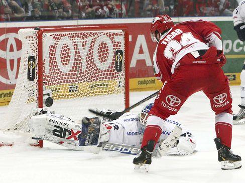 Kölns Rok Ticar vor Rob Zepp - © by ISPFD (sportfotocenter.de)