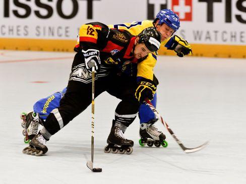 Veith Holzmann (vorne) im Zweikampf gegen Alexander Olsson - © by Eishockey-Magazin (RK)