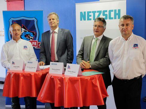 Besiegelten die strategische Partnerschaft: 1. Vorstand Jürgen Golly, die beiden Geschäftsführer der Fa. Netzsch Dr. Hans-Peter Ohl und Dietmar Bolkart, sowie 2. Vorstand Thomas Manzei  - © by Media