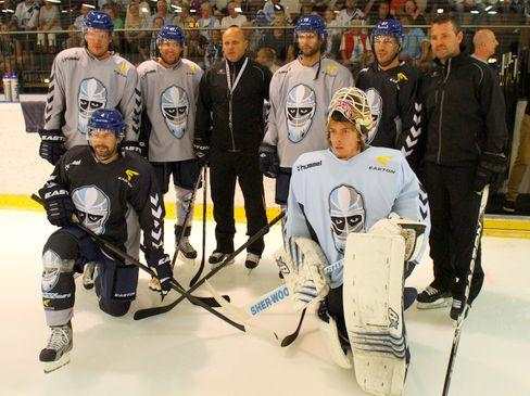 Cheftrainer Benoit Laporte präsentierte seine Neuzugänge beim Trainingsauftakt - © by Eishockey-Magazin (RH)