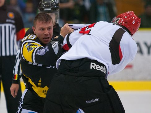 Handfeste Auseinandersetzung zwischen Jinas Bjoerk und Martuin Schymainski (links) - © by Eishockey-Magazin (OM)