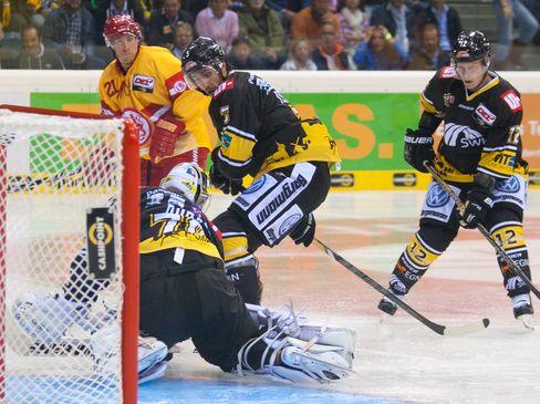 Justin Bostrom scheitert an Krefelds Keeper Tomas Duba - © by Eishockey-Magazin (OM)