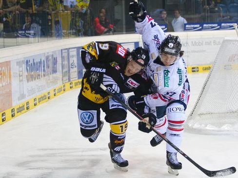 Mark Voakes (links, KEV) und Daniel Weiß kämpfen um den Puck - © by Eishockey-Magazin (OM)