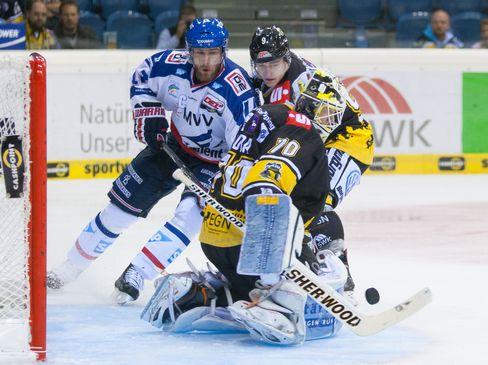 Manheims Kai Hospelt versucht sich gegen Patrick Klöpper und Torwart Tomas Duba durchzusetzen - © by Eishockey-Magazin (OM)