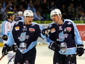 David Wolf (links) bejubelt Morten Madsen zu seinem Siegtreffer - © by Eishockey-Magazin (RH)