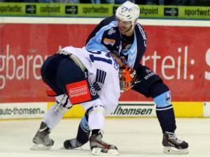 Frederick Cabana und Christian Hommel (Iserlohn, weißes Jersey) geraten hier aneinander - © by Eishockey-Magazin (RH)