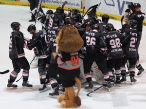 Frankfurter Siegesjubel nach dem Derbysieg gegen Kassel - © by Eishockey-Magazin (JS)
