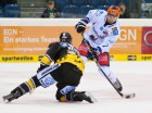 Josh Meyers (links) verscht Simon Fischahbers Schuss zu blocken - © by Eishockey-Magazin (OM)