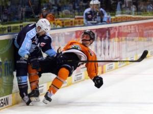 Harter Einsdatz von Druval Westcott (links) - © by Eishockey-Magazin (RH)