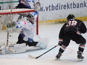 Frankfurts Christian Wichert trifft gegen die Huskies - © by Eishockey-Magazin (JS)