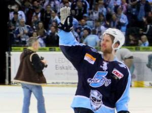 Jubelpose bei Garrett Festerling - © by Eishockey-Magazin (RH)