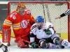 Augsburgs John Zeiler vor DEG Keeper Bobby Goepfert - © by Eishockey-Magazin (DR)