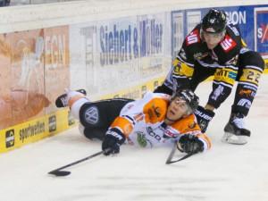 Kampf um jeden Zentimeter: Tyler Haskins (vorne) und Oliver Mebus - © by Eishockey-Magazin (OM)