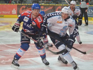 Adler Kai Hospelt und Julian Jakobsen (rechts) im Zweikampf - © by Eishockey-Magazin (GK)
