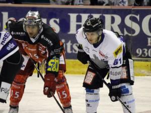 Benjaimin Kronawitter (links) und Christoph Ziolkowski mit gebanntem Blick - © by Eishockey-Magazin (SR)