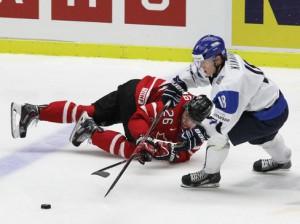 Finnlands Saku Kinnunen und Kanadas Curtis Lazar - © by Eishockey-Magazin (DR)