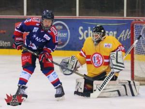 Mannheims Yannick Drews vor Benedict Roßberg © by Eishockey-Magazin (DR)