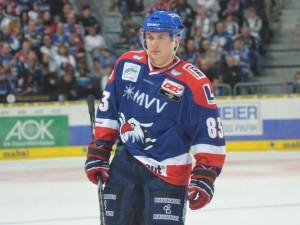 Premiere bei den Adlern: U20 Nationalverteidiger Dorian Saeftel - © by Eishockey-Magazin (GK)
