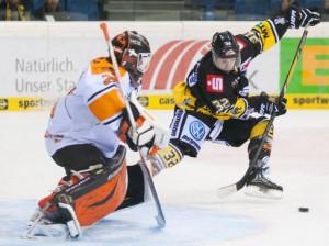 Kevin Clark (rechts) scheitert an Sebastian Vogl - © by Eishockey-Magazin (OM)