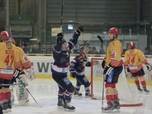Tor und Siegesjubel bei den Falken, die sich nun Spiel 5 erzwungen haben - © by Eishockey-Magazin (MT)