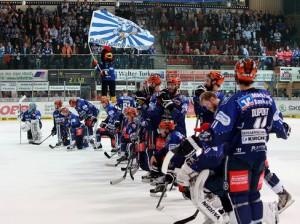 Niedergeschlagen nach dem Spiel und doch ergriffen vom Zuspruch der Fans  waren die Roosters - © by Eishockey-Magazin (JB)