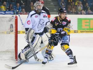 Krefelds Kevin Clark vor Nürnbrgs Keeper Tyler Weiman - © by Eishockey-Magazin (OM)