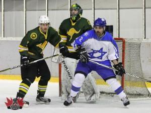 Israels Ran Oz versucht sich gegen Shannon McGregor und Anthony Kimlin durchzusetzen – © by Eishockey-Magazin (DR)