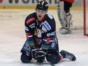 Fabian Krull in einer für ihn typischen Szene, aufopferungsvoll kämpfend und sich in jeden Schuss werfend - © by Eishockey-Magazin (MT)