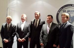 Unter den zahlreichen Gratulanten: Bürgermeister Dr. Peter-Paul Ahrens, Franz Reindl, Klubchef Wolfgang Brück, Jürgen Arnold und Gernot Tripcke - © by Eishockey-Magazin (MK)