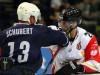 Hamburgs Christoph Schubert im Duell gegen Chris Abbott - © by Eishockey-Magazin (RH)