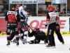 Klarer Punktsieger: Iserlohns Colten Teubert bei seiner Boxeinlage gegen den hier schon am Boden liegenden John Tripp - © by Eishockey-Magazin (JB)