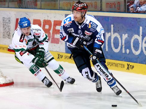 Chad Bassen (Iserlohn, rechts) wird von James Bettauer attackiert - © by Eishockey-Magazin (JB)