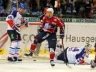 Kevin Clark (mitte) jubelt, während Jochen Hecht und Keeper Dennis Endras geschlagen sind - © by Eishockey-Magazin (RH)