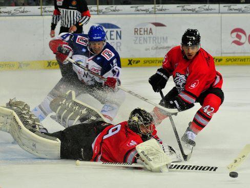Andreas Jenike rettet vor Manheims Christoph Ullmann - © by ISPFD (sportfotocenter.de)