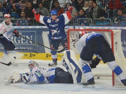 Torjubel bei Martin Buchwieser (Hintergrund) - © by Eishockey-Magazin (GK)