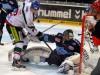 Augsburgs Dan DaSilva vor Freezersgoalie Sebastien Caron - © by Eishockey-Magazin (RH)