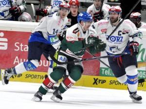 Augsburgs Spencer Machacek (mitte) setzt sich gegen Simon Danner (links) und Sascha Goc durch - © by Eishockey-Magazin (RS)