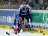 Adler Christopher Fischer kann Marko Friedrich an der Bande nicht aufhalten - © by Eishockey-Magazin (JB)