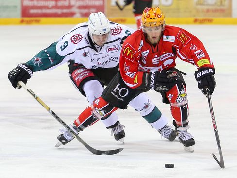 Duell der Maximilians: Rosenheims Hofbauer (links) gegen Fischtowns Schaludek - © by Eishockey-Magazin (SP)