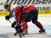 Julian Jakobsen behauptet die Scheibe gegen seinen Gegenspieler - © by Eishockey-Magazin (RH)